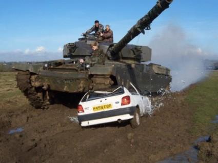 Tanque aplastando coche