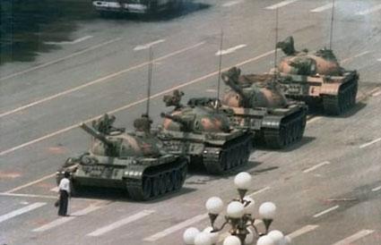 Fotografia de estudiantes contra tanques en Tiananmen